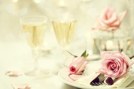 表设置和玻璃与粉红玫瑰
