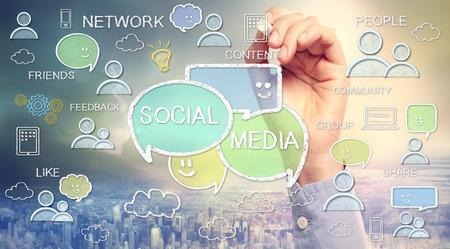 interaccion social: Textos de los medios sociales y de dibujos animados dibujados con tiza bocetos