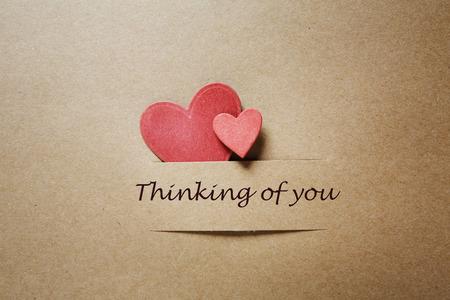 Het denken aan u bericht met handgemaakte papieren harten