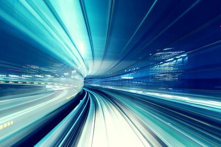 도쿄에서 밤에 자동화 된 가이드 웨이 열차 유리카모메 스톡 콘텐츠