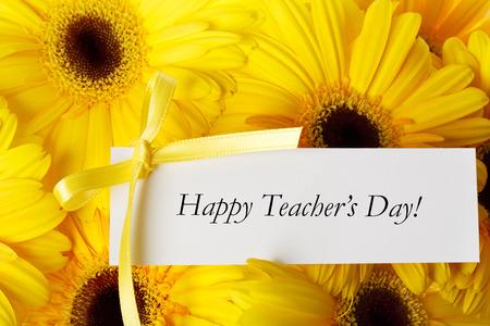 agradecimiento: Mensaje feliz D�a del Maestro con gerberas amarillas Foto de archivo