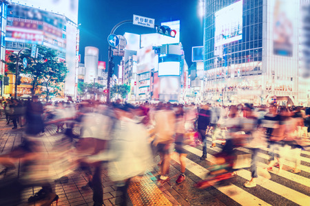 People and vehicles cross the famously busy Shibuya station intersection in Tokyo Stockfoto
