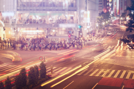 人と車の交差、有名な渋谷交差点東京 写真素材
