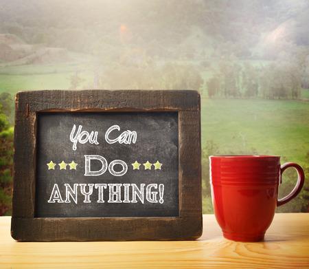tu puedes: Usted puede hacer cualquier cosa inscrito en estilo r�stico pizarra