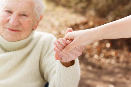 Ltere Frau, die Hände mit junge Frau außerhalb Standard-Bild - 31072401