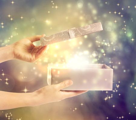 magia: Un cuadro presente brillante m�gico que se abre Foto de archivo