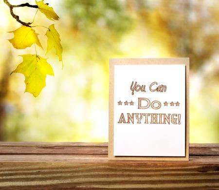you can: Se puede hacer todo este otoño! tarjeta de mensaje sobre las hojas de otoño