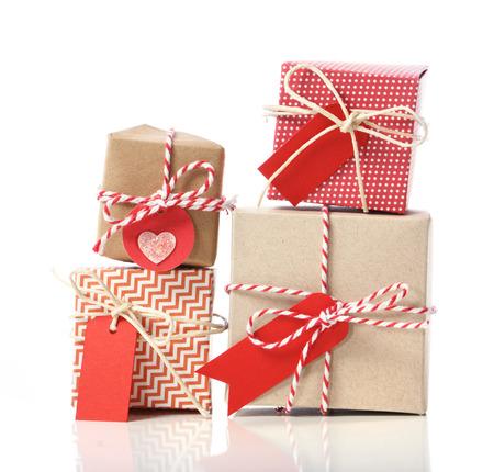 Stapel handwerk geschenk dozen op een witte achtergrond Stockfoto