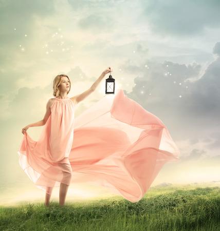 lampara magica: Mujer joven en una colina cubierta de hierba fantasía con lámpara antigua