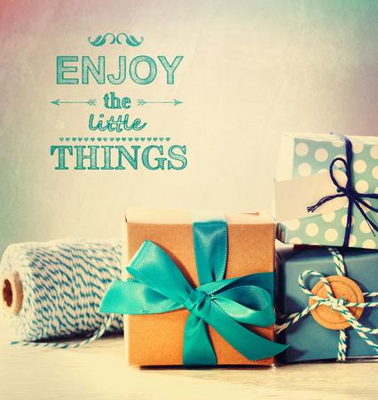 연한 파란색 수제 선물 상자로 작은 것들을 즐기십시오.