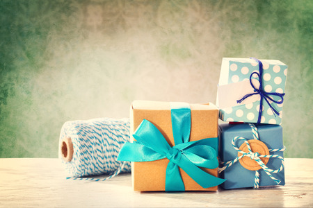 Assorted light blue handmade gift boxes with twine Stockfoto