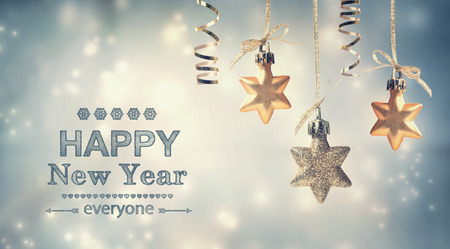 Gelukkig Nieuwjaar iedereen tekst met opknoping sterornamenten Stockfoto - 34608266