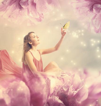 Schöne junge Frau mit einem kleinen Schmetterling auf Pfingstrose Blume