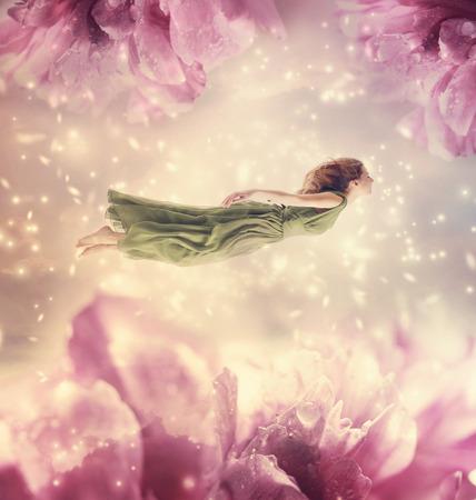 princesa: Joven y bella mujer con flores gigantes de peonía