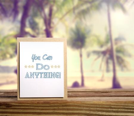 you can: Puedes hacer cualquier cosa tarjeta de mensaje de inspiraci�n en el fondo de playa tropical