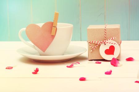 Kopje koffie met roze hart tag en een kleine giftbox Stockfoto