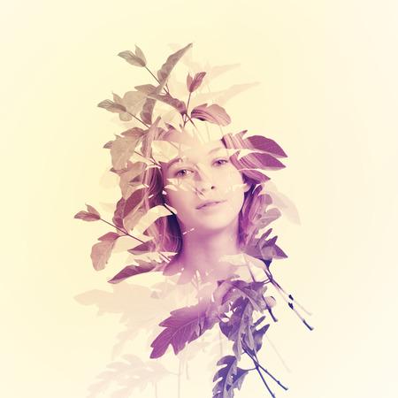 抽象的な葉を持つ若い女性の肖像画