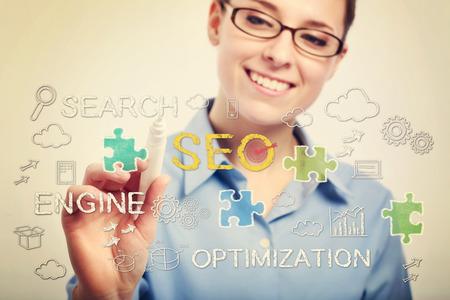 Jonge zakenvrouw met bril tekenen SEO concepten Stockfoto