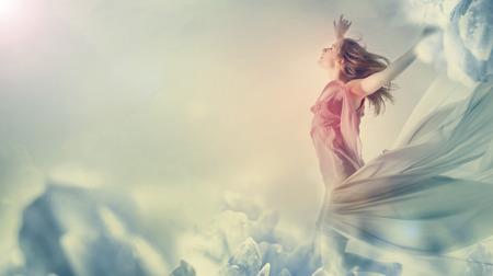 거대한 꽃에 점프 아름 다운 젊은 여자 스톡 콘텐츠