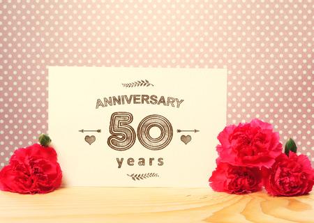 aniversario de bodas: 50 años tarjeta de aniversario con flores de color rosa clavel Foto de archivo