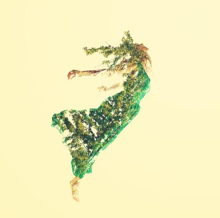 抽象的な葉と飛行の若い女性の二重露光