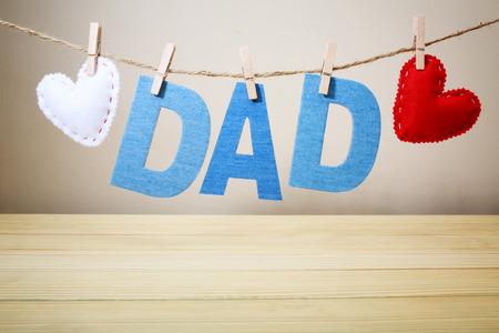 DAD tekst en voelde harten met steken opknoping op een koord Stockfoto - 39344707