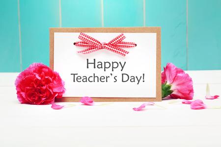 gratefulness: Tarjeta feliz del D�a del Maestro con claveles de color rosa sobre la pared de madera verde azulado