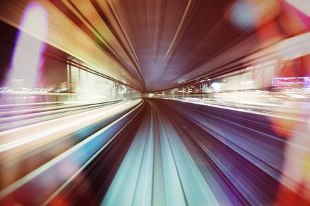 tren: tren-gu�a de forma automatizada por la noche a trav�s de las luces de la ciudad