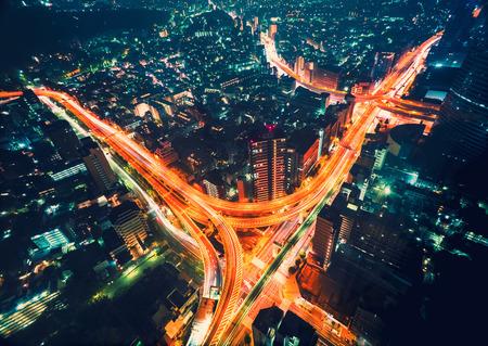 新宿、東京、日本の夜の空撮都市景観