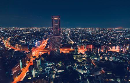 大規模な道路交差点、東京都の新宿の夜の空撮