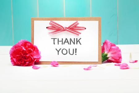 agradecimiento: Gracias tarjeta de mensaje con claveles en fondo azul en colores pastel