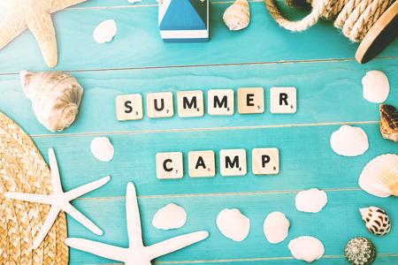 Houten Blokken op Lichtblauwe Tafel met Diverse Shells en Zeester voor Summer Camp Concept Stockfoto