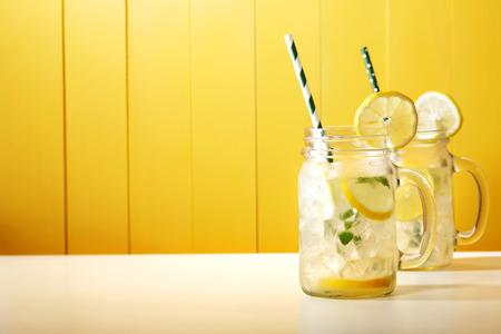 Zelfgemaakte limonade in Mason potjes met grote groene papier stro
