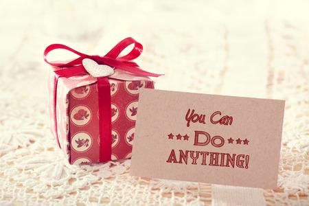 tu puedes: �Tu puedes hacer cualquier cosa! Tarjeta Mensaje inspirado con caja de regalo lindo Foto de archivo