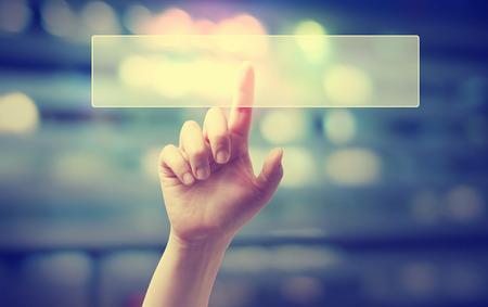 손 흐린 풍경 배경에 디지털 버튼을 누르면 스톡 콘텐츠