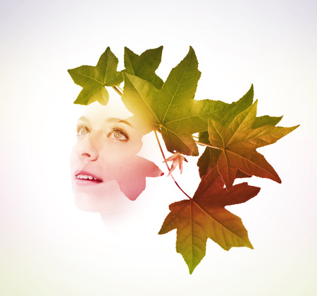 perfil de mujer rostro: Doble exposición de mujer joven con las hojas del árbol