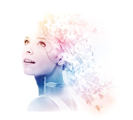 白鳥とハナミズキの花を持つ若い女性の二重露光