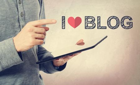 uomo rosso: Giovane che punta a amo Blog di testo su un computer tablet