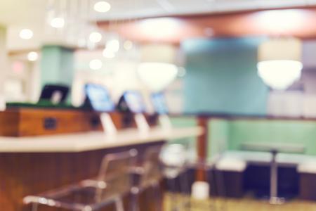cafe internet: Cibercafé fondo desenfocado interior con ordenadores de pantalla plana iluminados