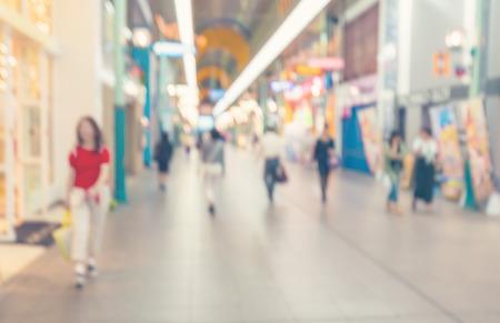 shopping: hành lang trung tâm mua sắm mờ với người đi bộ Kho ảnh