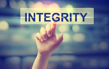 honestidad: Presionado a mano un bot�n de la integridad en el fondo borroso luces de la ciudad