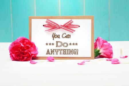 tu puedes: Puedes hacer cualquier cosa messahge con claveles sobre fondo de madera azul