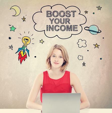 ingresos: Aumente su concepto de ingresos con la mujer joven que trabaja en un ordenador portátil