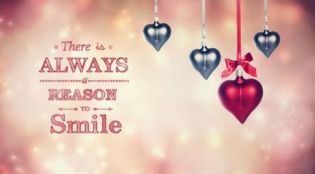 agradecimiento: Siempre hay una raz�n para sonre�r mensaje con adornos colgantes en forma de coraz�n en el resumen de luces de color rosa de fondo