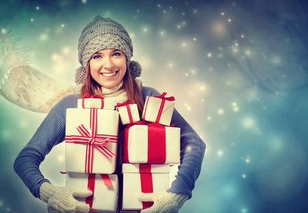 semaforo rojo: Mujer joven feliz celebraci�n de muchas cajas presentes en noche de nieve