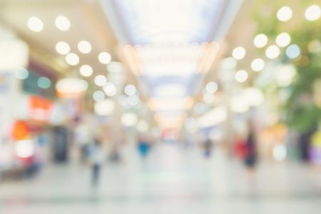 夜歩く人々 と多重ショッピング モール インテリア