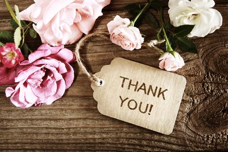 Dank u bericht met kleine rozen op hout achtergrond Stockfoto
