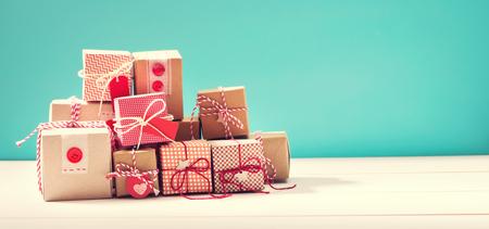 Colección de pequeñas cajas de regalo hechos a mano sobre fondo azul Foto de archivo - 47808383