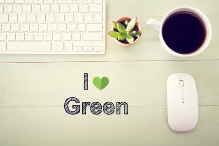 Ik houd van Groen concept met werkstation op een lichtgroene houten bureau Stockfoto