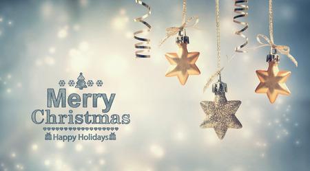 mo�os navide�os: Mensaje de Feliz Navidad con adornos colgantes estrella Foto de archivo